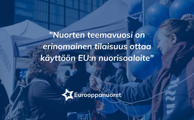Kuvassa teksti: Nuorten teemavuosi on erinomainen tilaisuus ottaa käyttöön EU:n nuorisoaloite. Tekstin takan on kuva nuorista Eurooppapäivillä.
